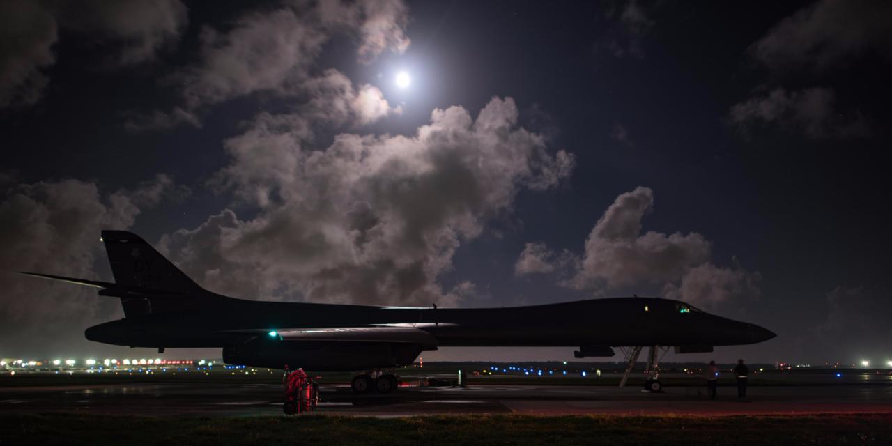 離陸準備を行う戦略爆撃機B-1Bランサー