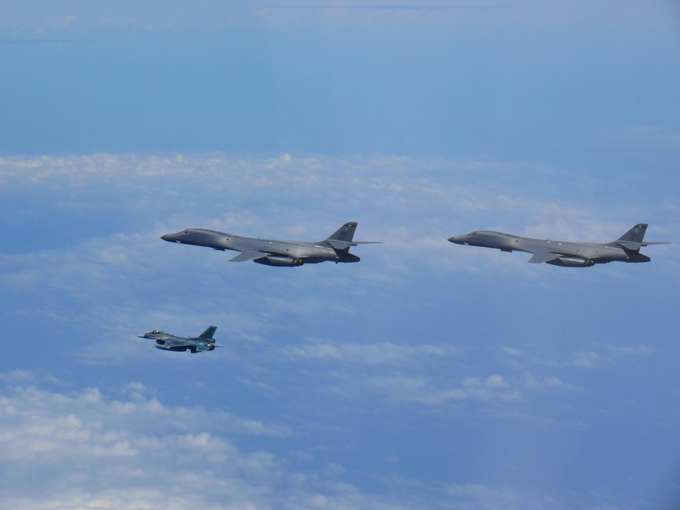 B-1BランサーとF-2