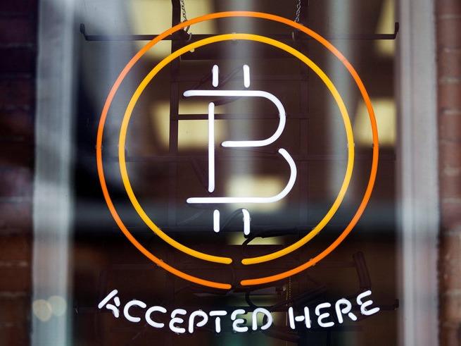 ビットコイン取扱店に掲げられたロゴ