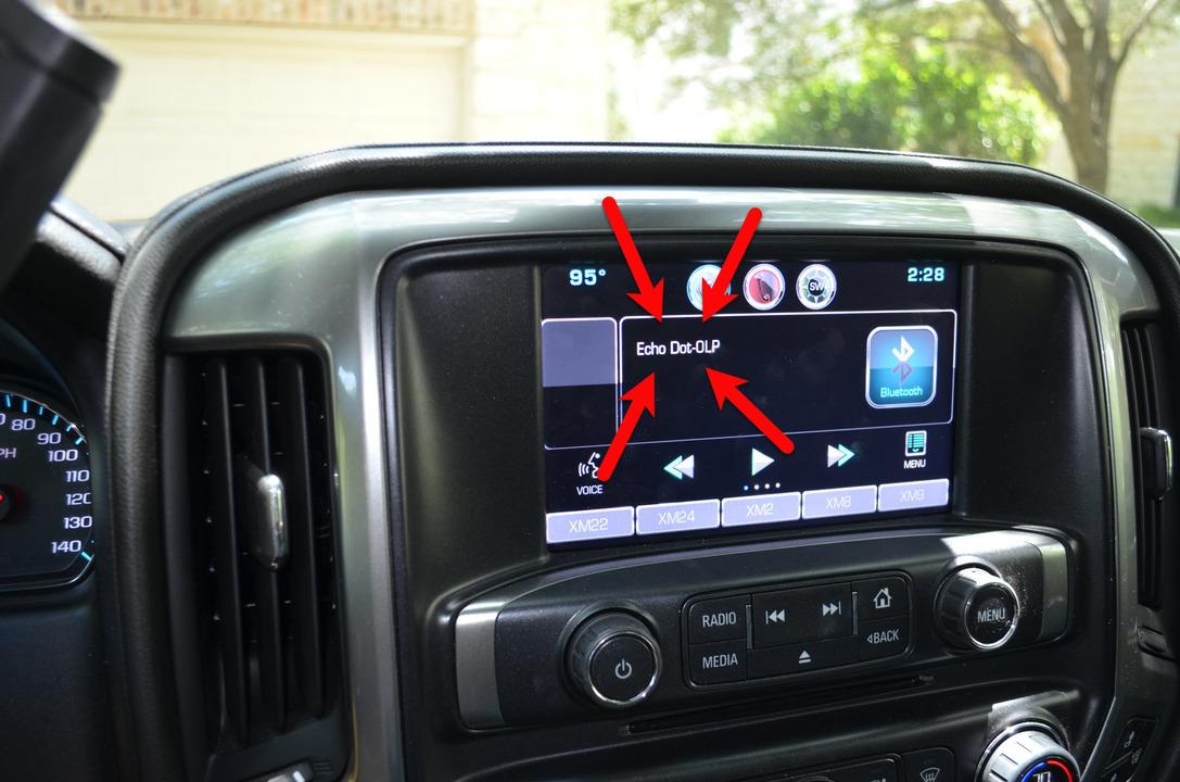 車内のモニターに映し出されたEcho Dotの文字