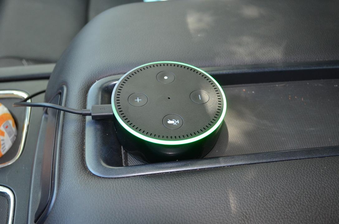 車中に置かれたEcho Dot