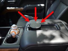 車に搭載されたエコー・ドットの写真その1