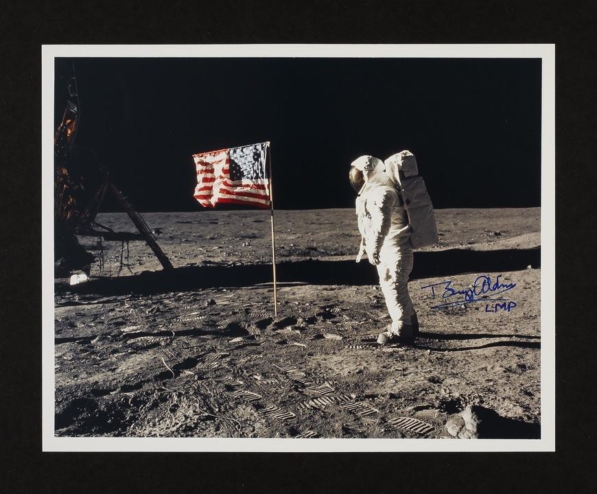 宇宙飛行士オルドリン氏と星条旗