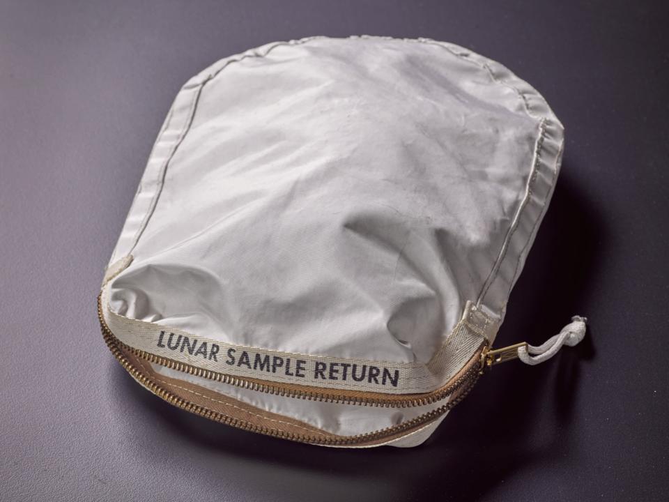 アポロ11号が、月の土を入れて持ち帰ったバッグ