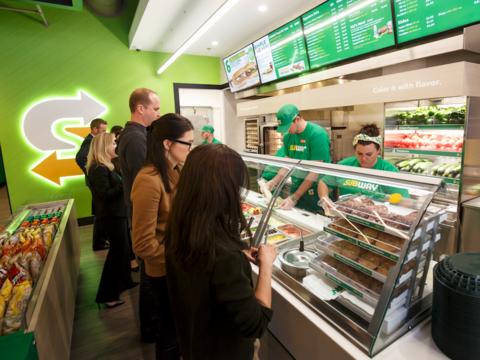 サブウェイが店舗デザインを一新、業績回復に貢献するか