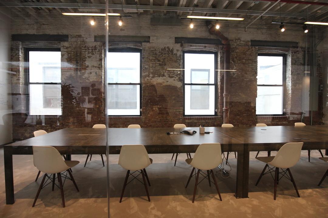 ミニマルなデザインの会議室