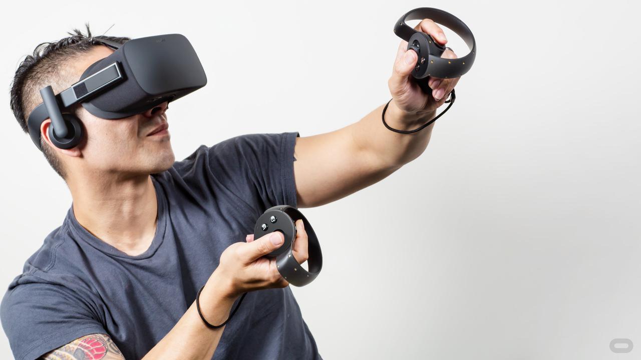 VRヘッドセットをして遊ぶ男性