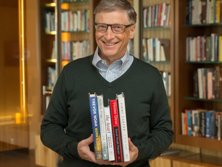 5冊の本を手に抱えるビル・ゲイツ