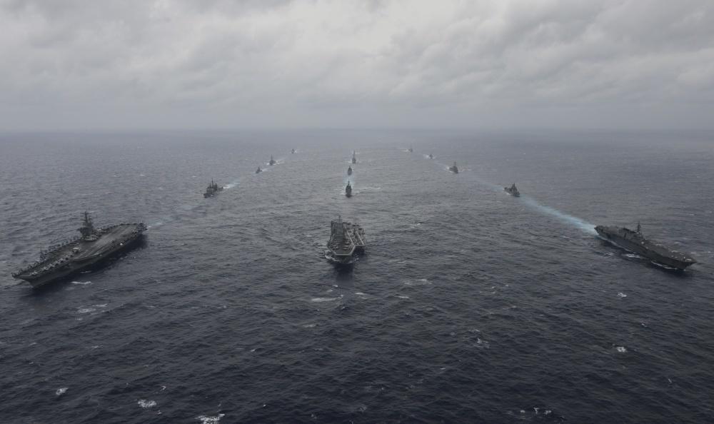 2017年7月17日、ベンガル湾を航海するインド海軍、アメリカ海軍、そして海上自衛隊。