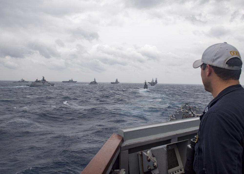 艦隊を見つめるミサイル駆逐艦ピックニーの士官