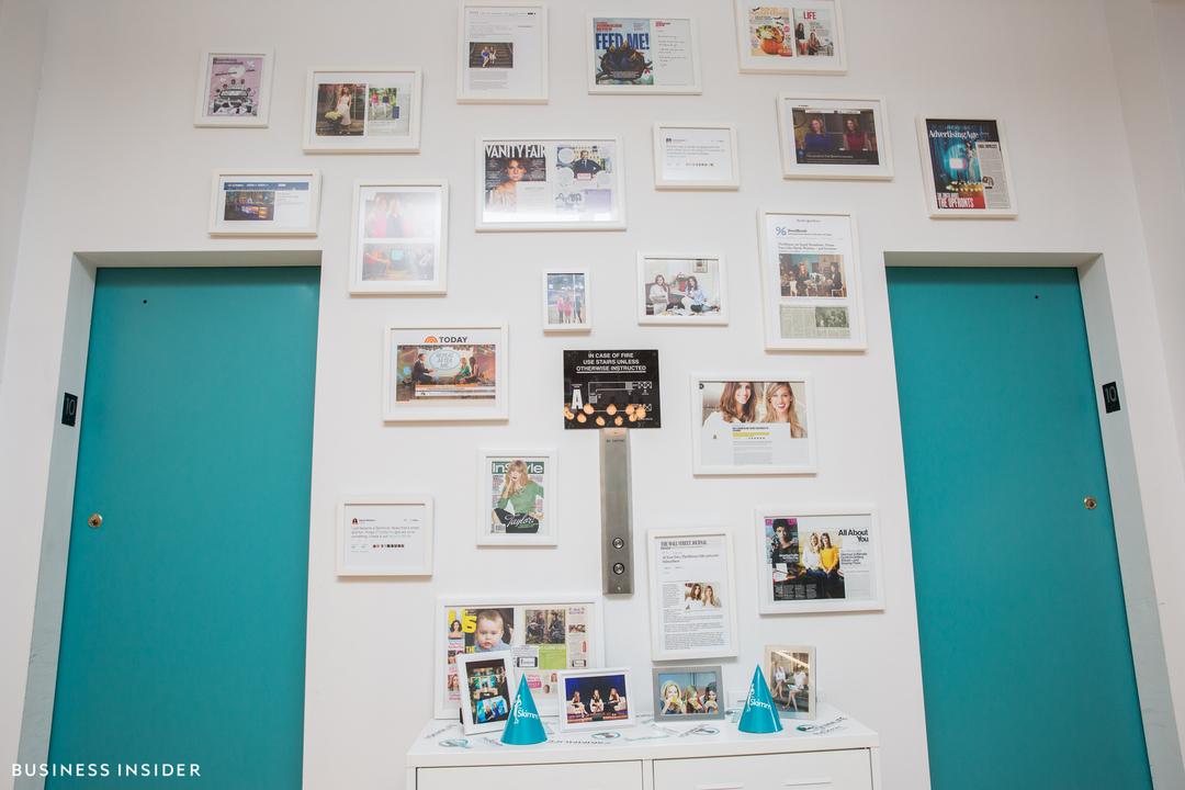 会社に寄せられた称賛の声を飾っている「謙虚な自慢の壁」