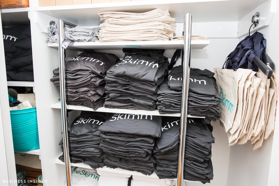 theSkimmのロゴ入りTシャツやトートバッグが並ぶ棚