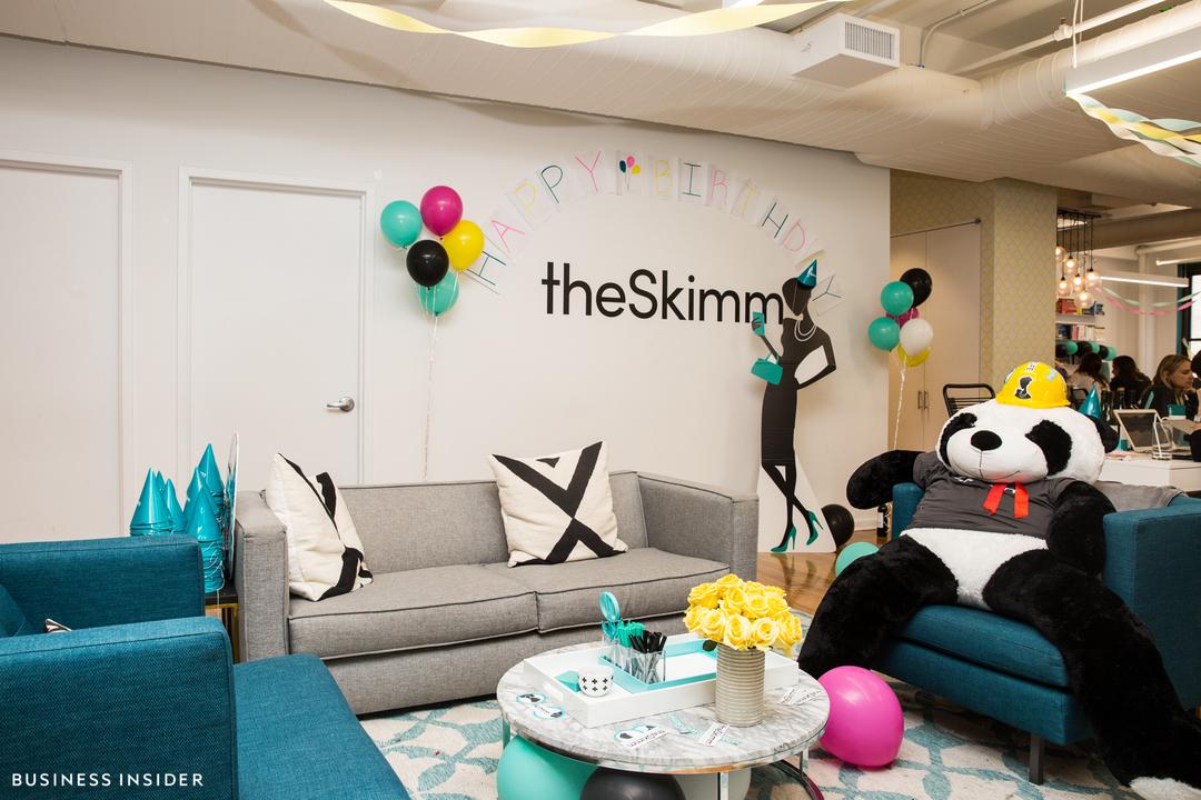 theSkimmのオフィス。壁際に、ハンドバッグを持ってスマホをのぞき込んでいる女性のシルエットが見える