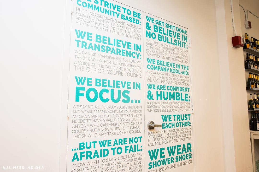 ドア一面に書かれた標語。「透明性を尊重する」「失敗を恐れない」「互いを信頼する」など