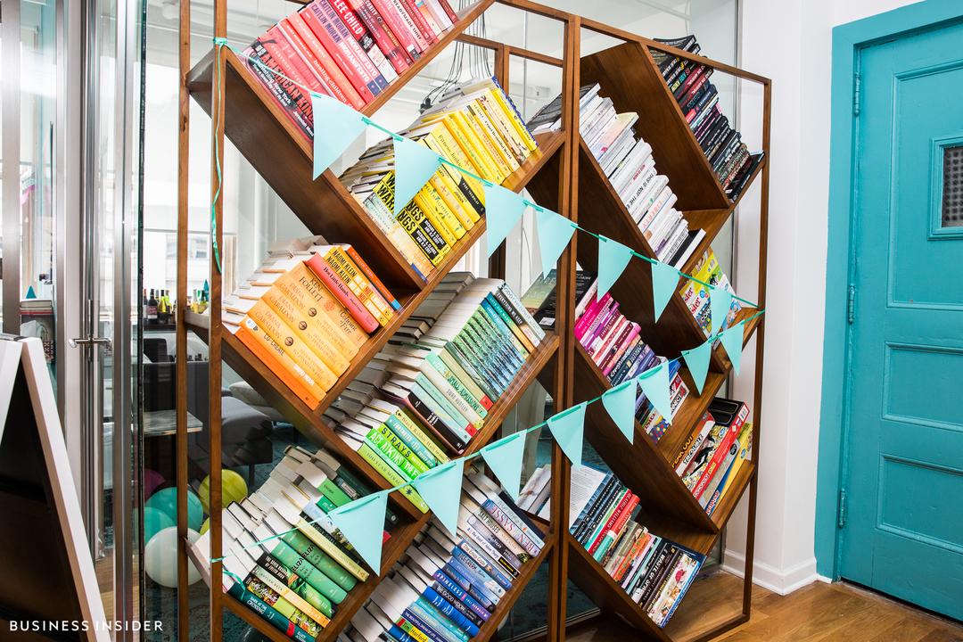 寄贈された本でいっぱいの棚