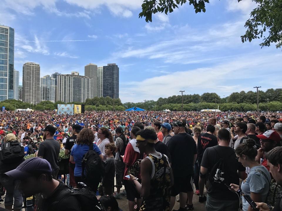 会場に集まった人々
