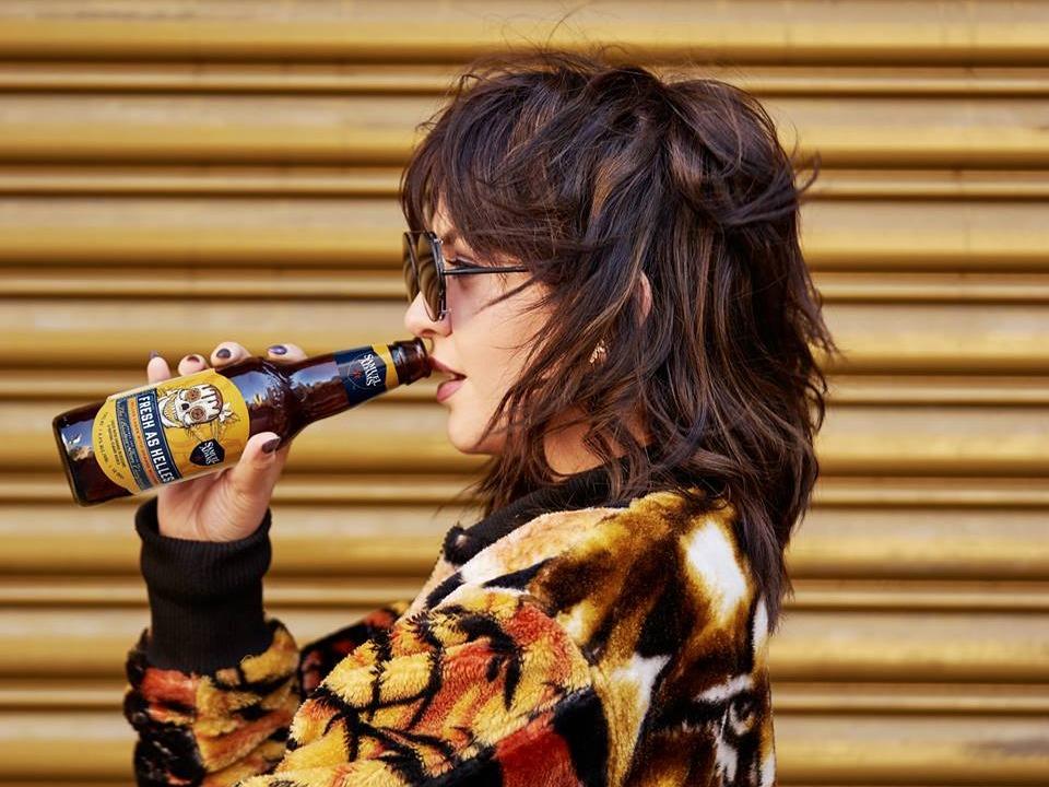 ビールを飲む若者