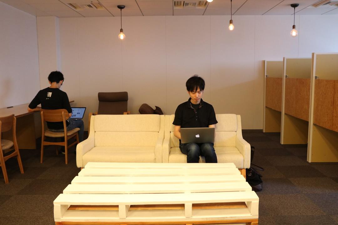 パソコンを眺める鈴木さん