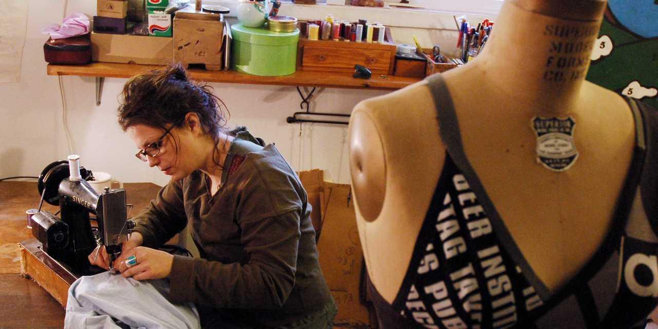 縫物をする人