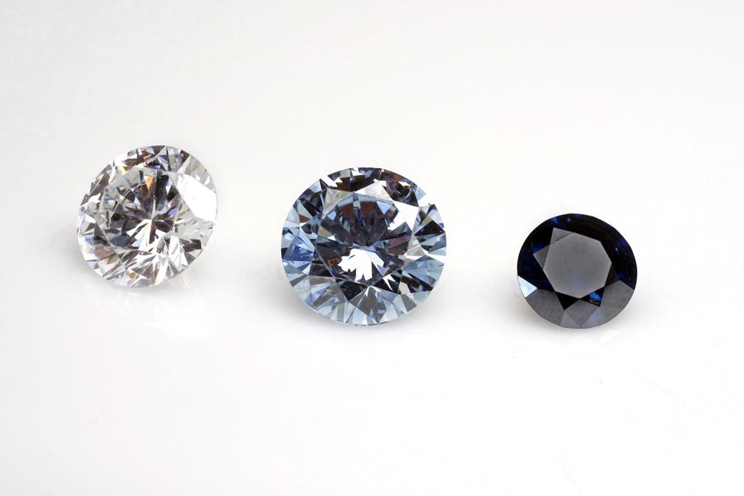 色が異なる3つのダイヤモンドを無色透明、ややブルー、ディープブルーの順に並べた様子