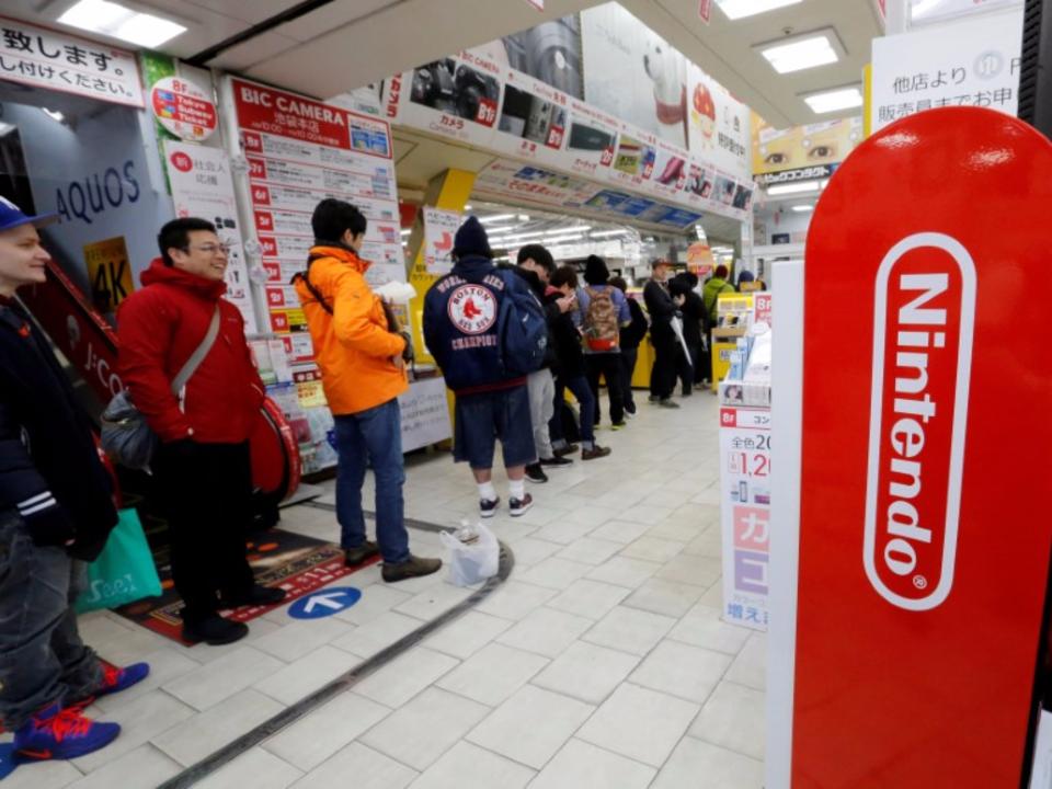 東京の家電量販店に並ぶ人たち。