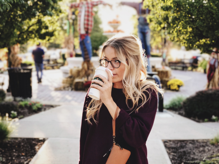 コーヒーを飲む女性の写真