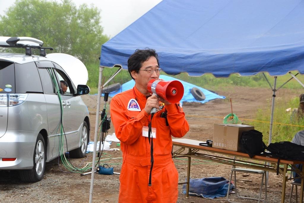 打ち上げ見学場の広報担当、SF作家の笹本祐一氏
