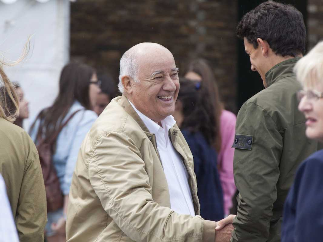 笑顔で握手するオルテガ氏