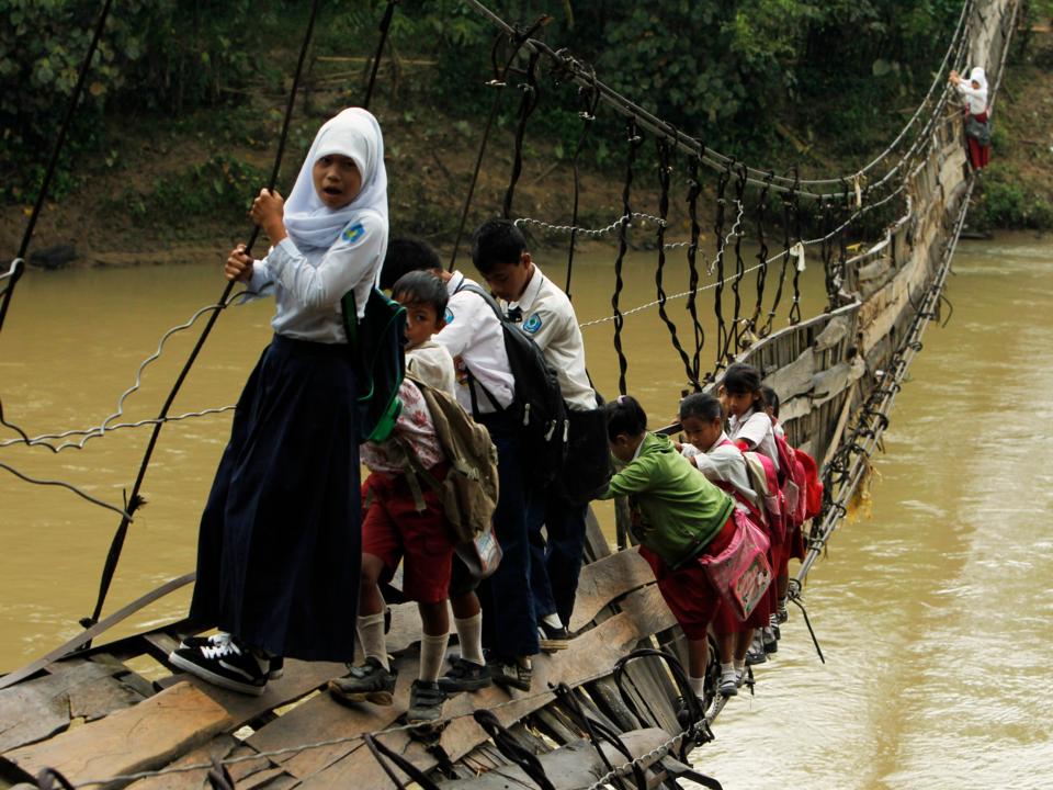 壊れた橋を渡る子どもたち
