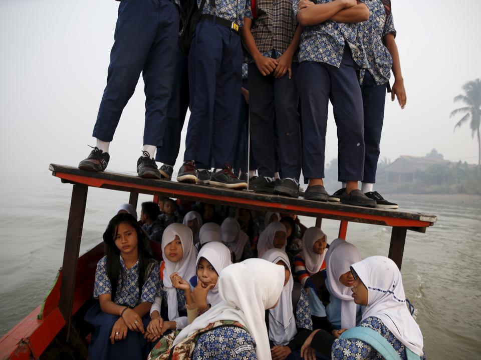 木製ボートの乗る子どもたち