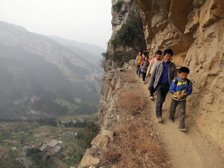 崖を歩く子どもたち