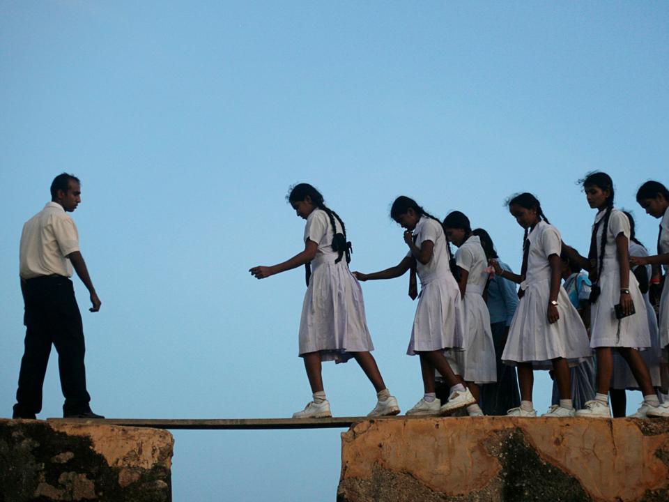 木製の板を渡る女子