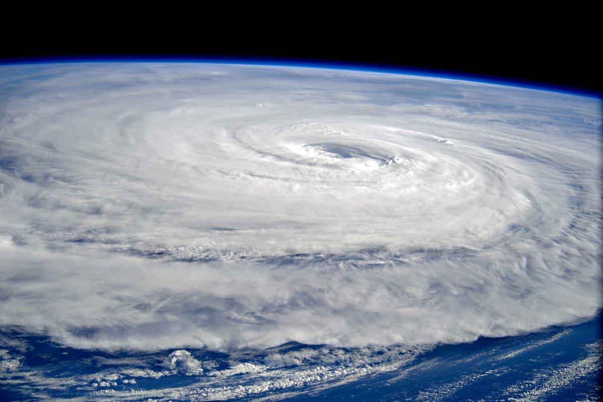 渦巻く台風5号