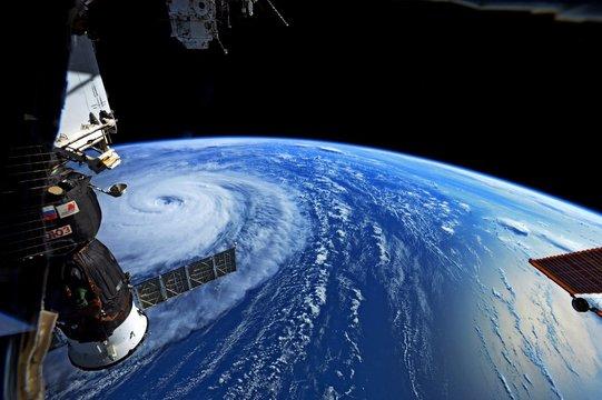 """宇宙から見た台風5号 —— 宇宙飛行士が捉えた""""スーパー台風""""驚きの大きさ"""