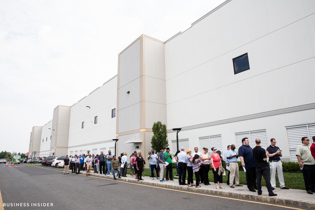 ロビンズビルの配送センター、外部に長蛇の列ができている様子