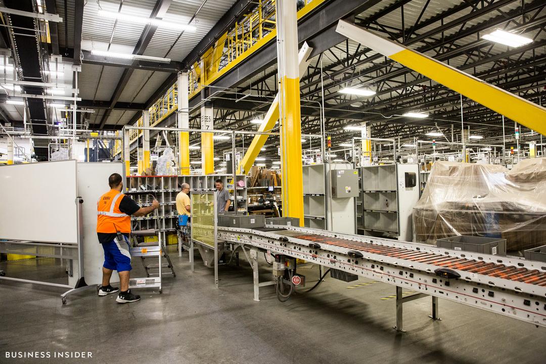 ロビンズビル倉庫、内部の様子。ベルトコンベアの先で従業員が仕分けを行っている