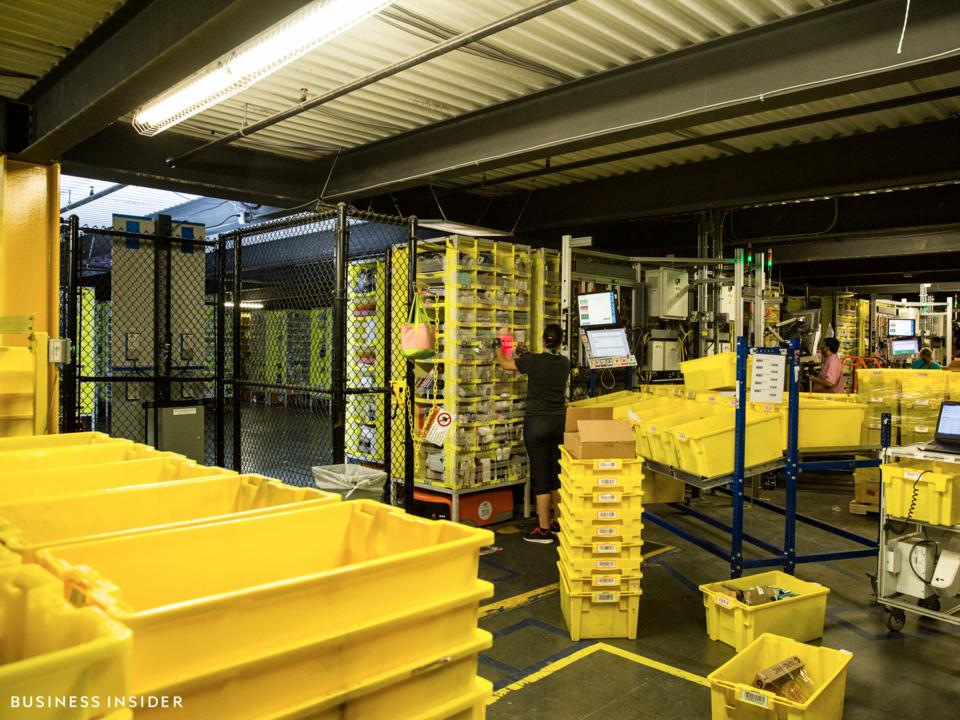 ロビンズビルの配送センター、内部の様子。そこらじゅうに黄色のボックスが積み上がっている