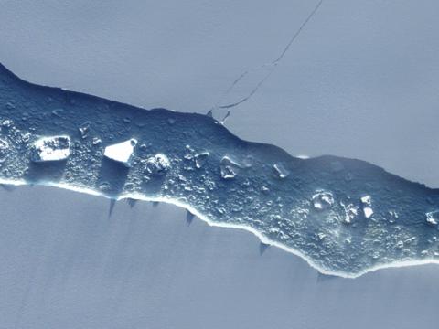 衛星写真で見る、南極で分離した巨大氷山のその後