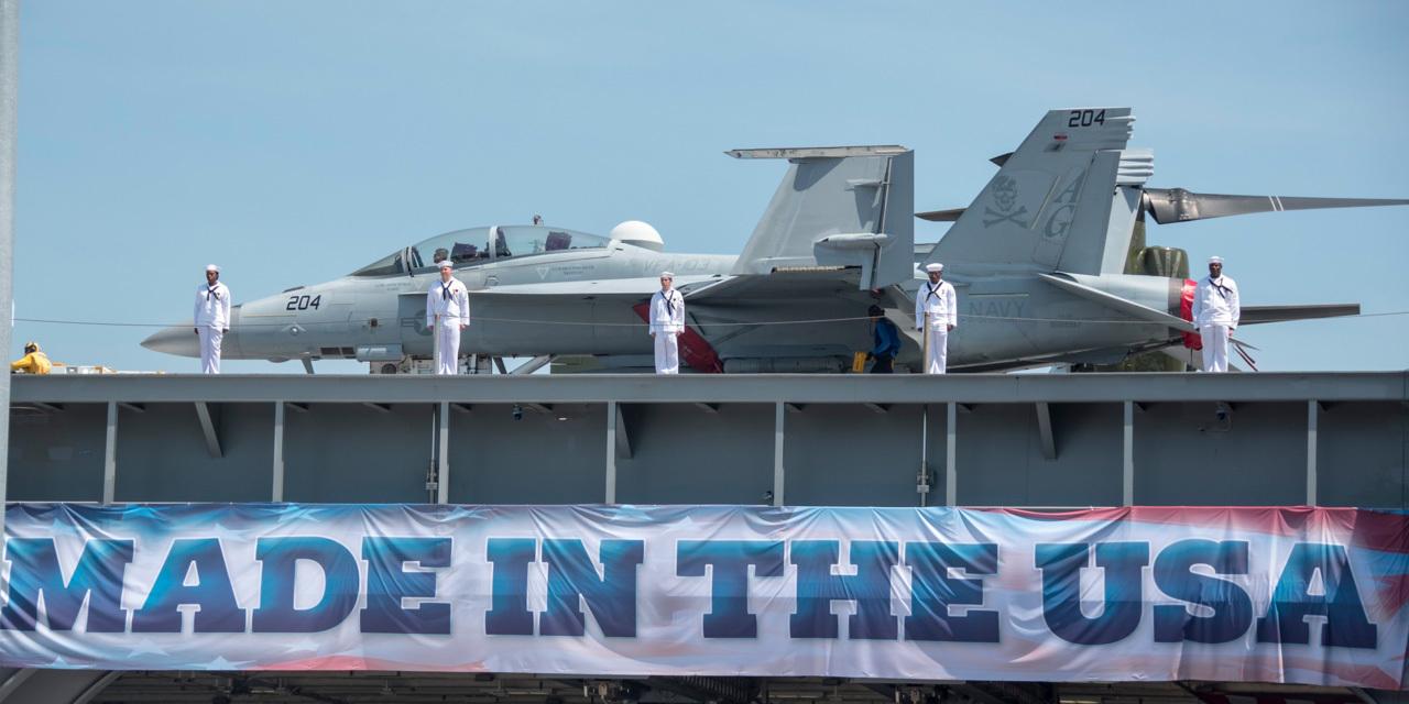 ノーフォーク海軍基地での就役式で最新鋭空母「ジェラルド・R・フォード」の甲板に立つ海兵たち。