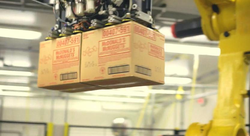 機械で運ばれる段ボール箱