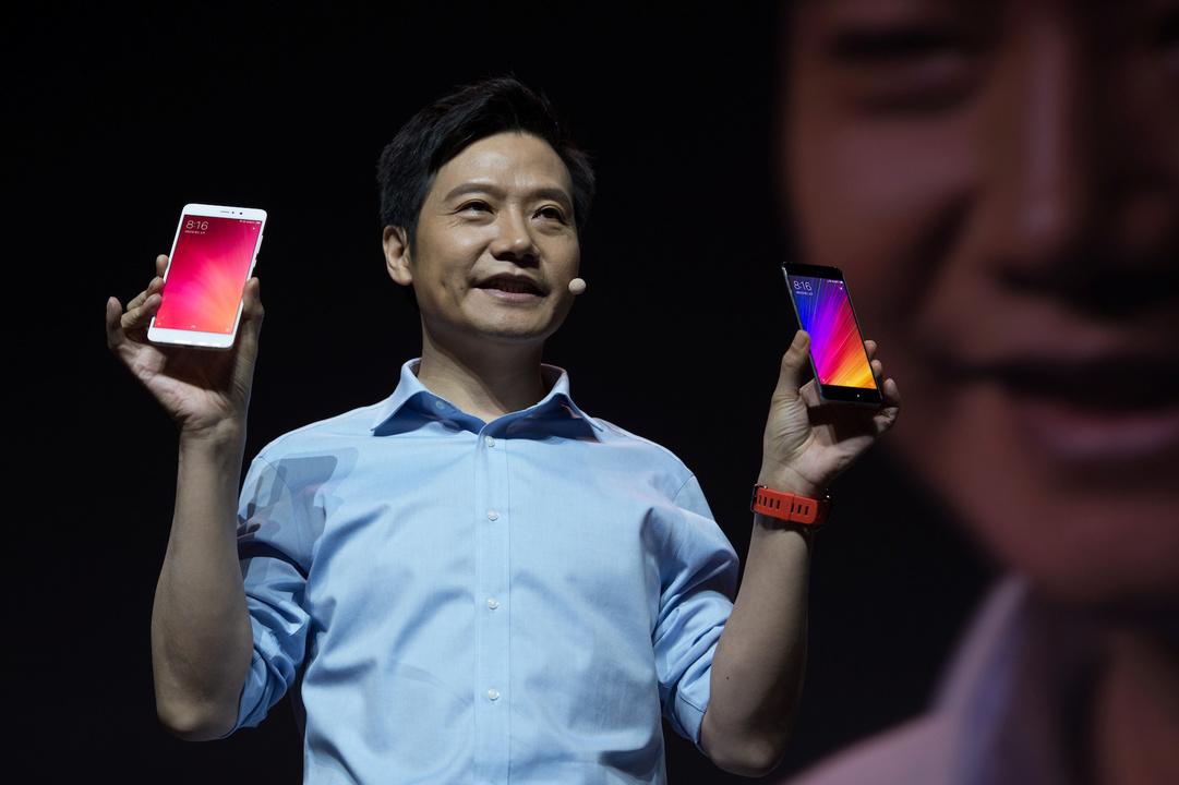 シャオミ製品のスマートフォンを紹介しているレイ・ジュン(Lei Jun)氏