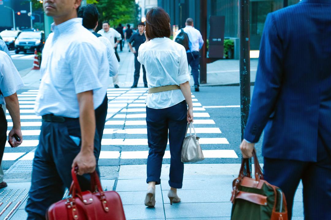 横断歩道で信号待ちする女性