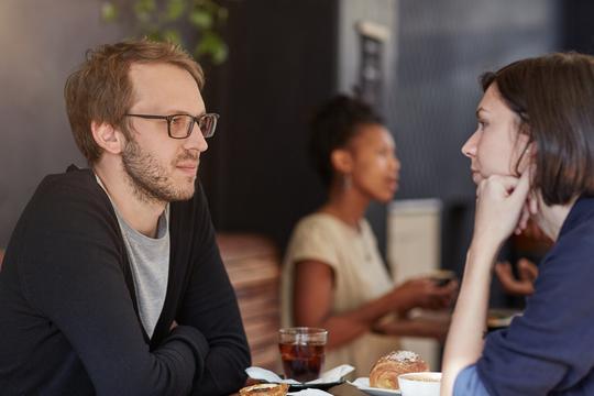 研究結果:幸福な人々に共通する会話スタイルとは?