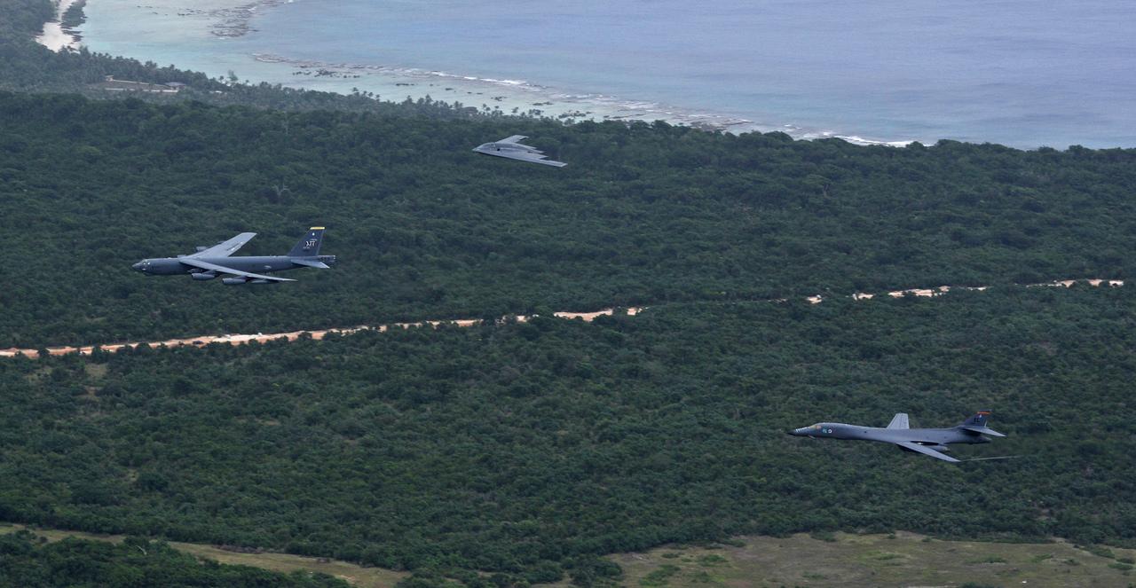 グアム上空を飛行するB-52ストラトフォートレス、B-1ランサー、B-2スピリット