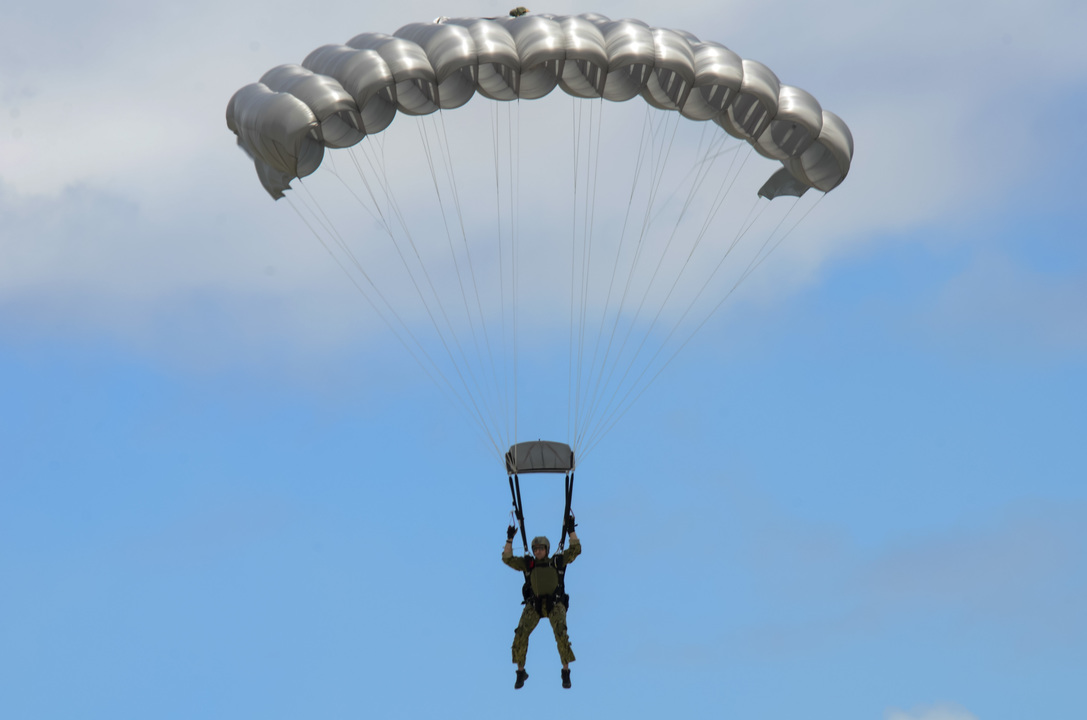 グアム上空でパラシュート降下訓練中の第1海軍特殊戦部隊隊員