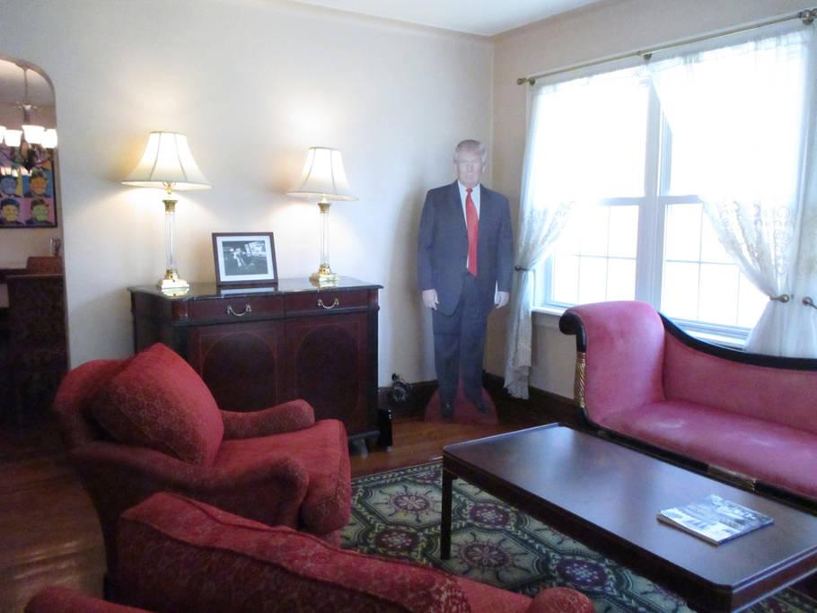 窓際に置かれたトランプ大統領のパネル