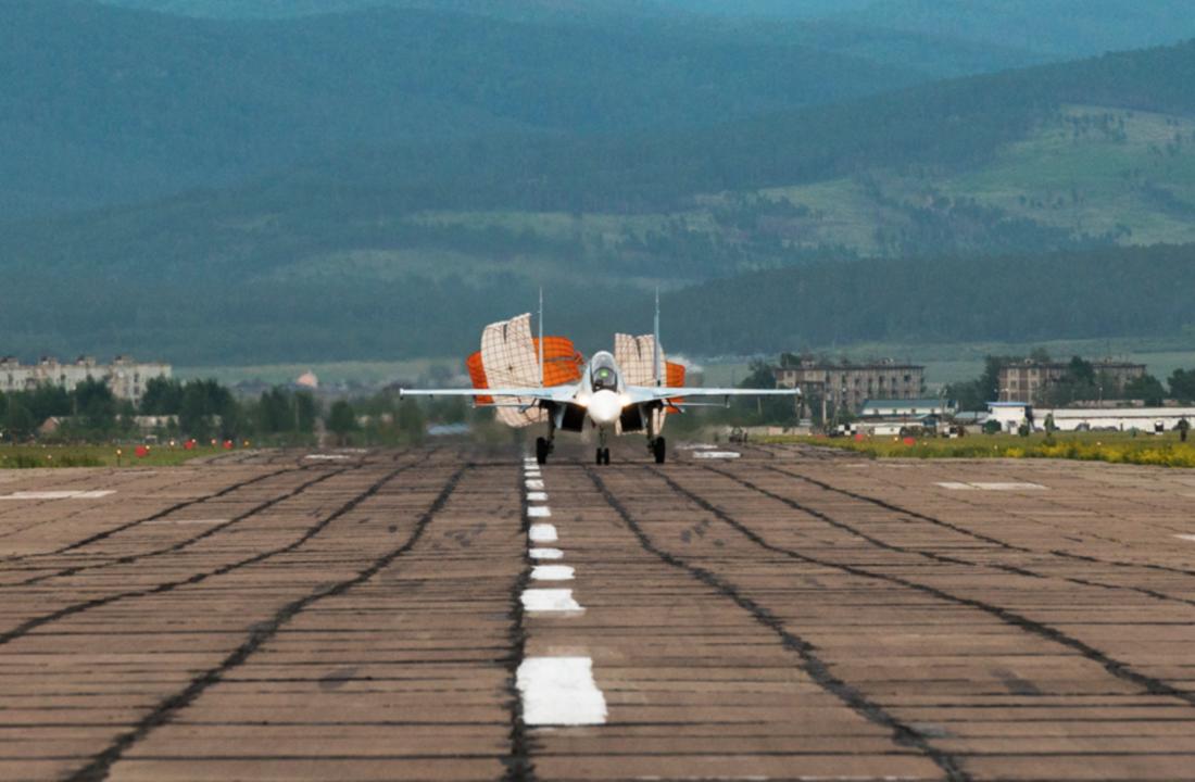 着陸するSu-30SM