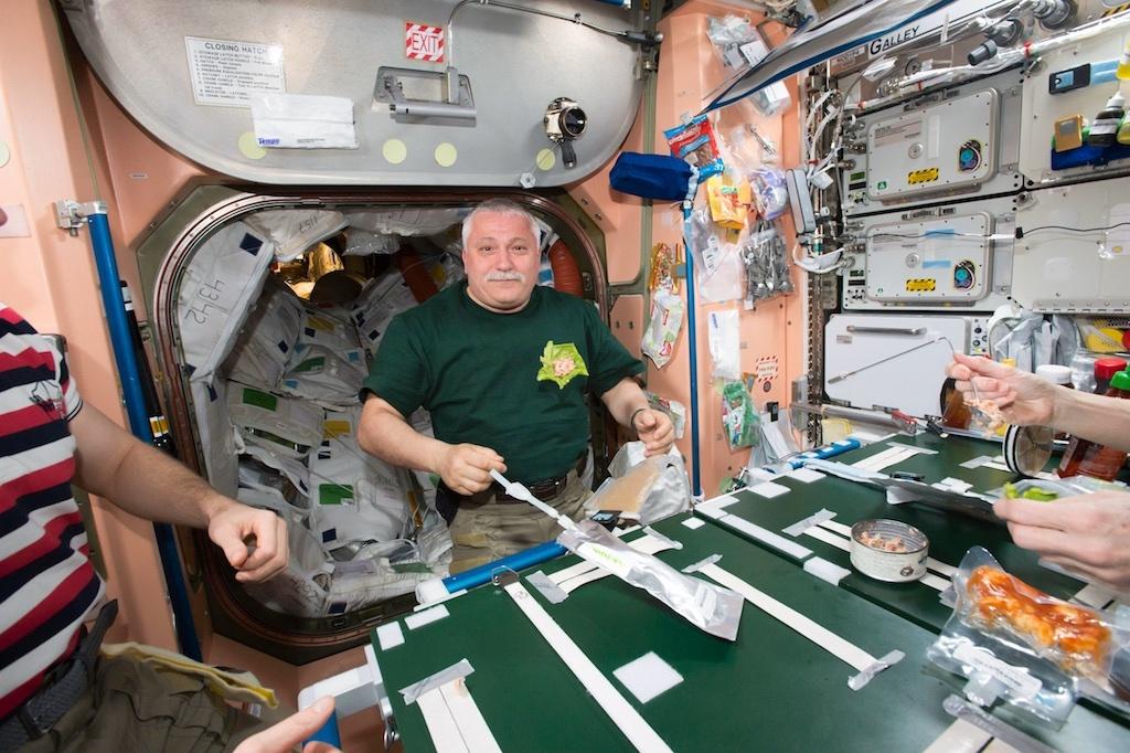 東京べかなの味を楽しむ宇宙飛行士