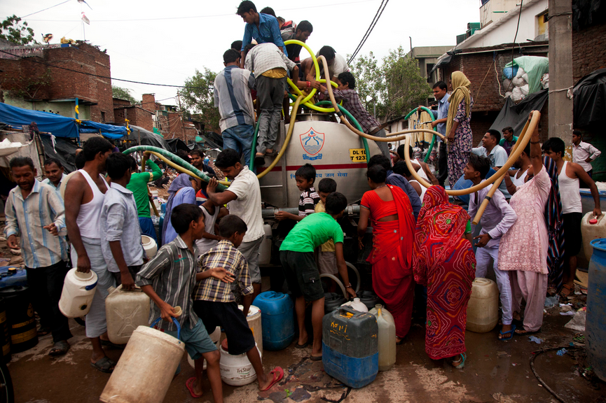 水をくむ人々