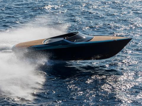 水面をシャープに駆けるボート